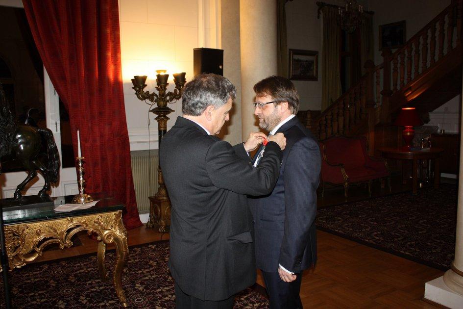 Remise de la Légion d'Honneur à M. Florin Turcanu, titulaire de la Chaire de Bucarest